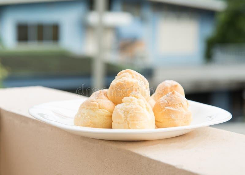 Κρέμα Choux στο πιάτο στοκ φωτογραφίες