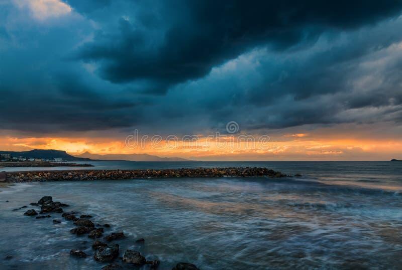 Κρήτη που απειλεί το σκοτεινό ηλιοβασίλεμα στη medeteranean θάλασσα στοκ φωτογραφίες με δικαίωμα ελεύθερης χρήσης