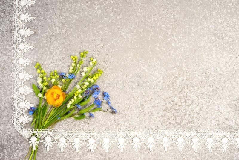 Κρίνος της κοιλάδας, pansies και της ανθοδέσμης λουλουδιών σφαιρών στοκ εικόνες