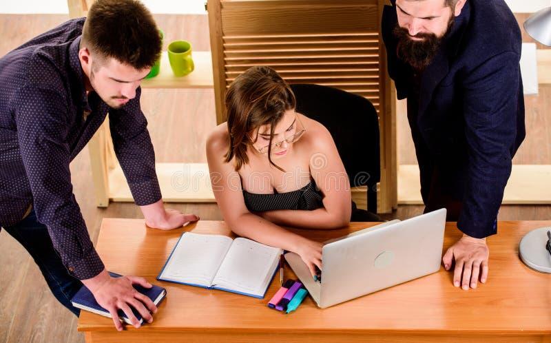 Κρίσιμη συζήτηση Επαγγελματίες που συμμετέχουν στην επιχειρησιακή συζήτηση Ομάδα συζήτησης που εργάζεται και που επικοινωνεί στοκ φωτογραφία με δικαίωμα ελεύθερης χρήσης
