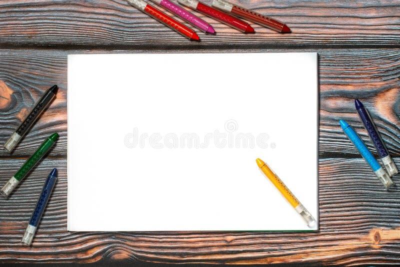 Κραγιόνια λευκωμάτων και κεριών των διαφορετικών χρωμάτων στοκ φωτογραφία με δικαίωμα ελεύθερης χρήσης