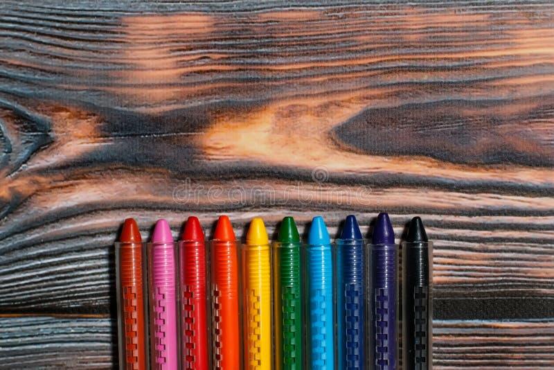 Κραγιόνια κεριών των διαφορετικών χρωμάτων σε ένα αγροτικό ξύλινο υπόβαθρο στοκ φωτογραφία