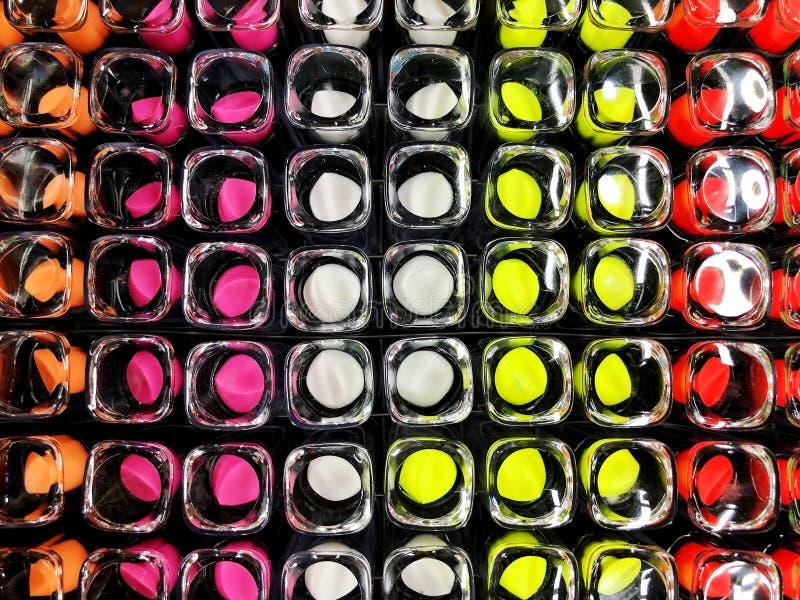 Κραγιόν αγγελιών κραγιόν Glamor στους διαφορετικούς τόνους χρώματος Προϊόν προώθησης συσκευασίας στοκ εικόνες