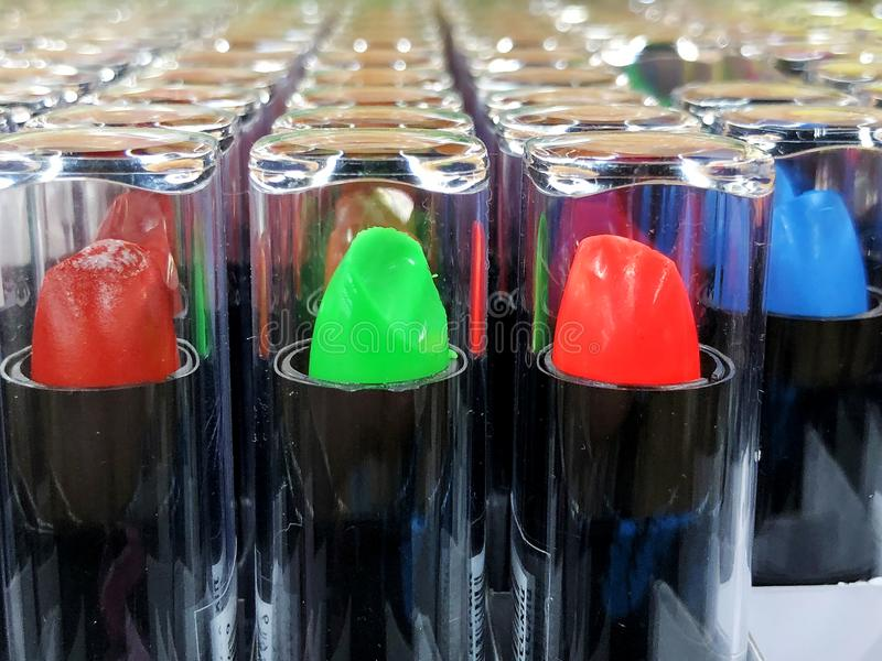 Κραγιόν αγγελιών κραγιόν Glamor στους διαφορετικούς τόνους χρώματος Προϊόν προώθησης συσκευασίας στοκ φωτογραφία
