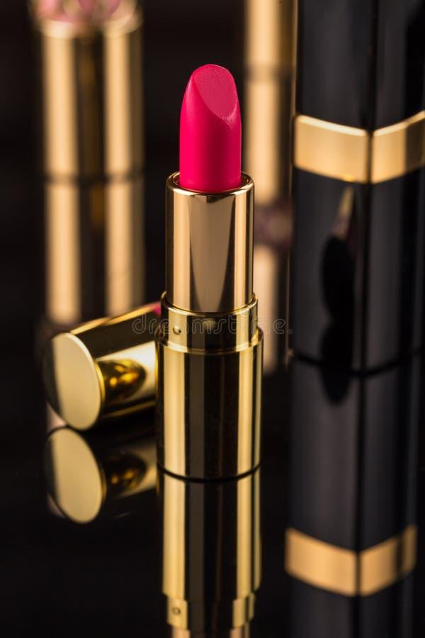 κραγιόν Ζωηρόχρωμα κραγιόν μόδας πέρα από το μαύρο υπόβαθρο Επαγγελματικές Makeup και ομορφιά Όμορφη έννοια σύνθεσης στοκ φωτογραφία