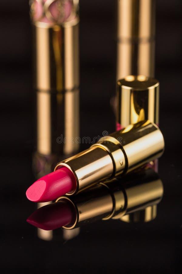 κραγιόν Ζωηρόχρωμα κραγιόν μόδας πέρα από το μαύρο υπόβαθρο Επαγγελματικές Makeup και ομορφιά Όμορφη έννοια σύνθεσης στοκ εικόνες με δικαίωμα ελεύθερης χρήσης