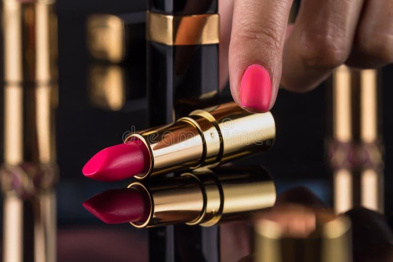 κραγιόν Ζωηρόχρωμα κραγιόν μόδας πέρα από το μαύρο υπόβαθρο Επαγγελματικές Makeup και ομορφιά Όμορφη έννοια σύνθεσης στοκ εικόνες