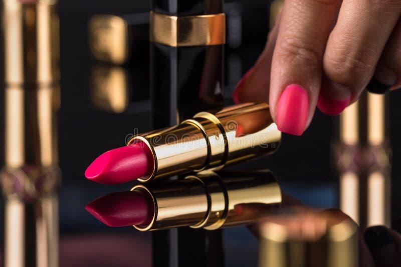 κραγιόν Ζωηρόχρωμα κραγιόν μόδας πέρα από το μαύρο υπόβαθρο Επαγγελματικές Makeup και ομορφιά Όμορφη έννοια σύνθεσης στοκ εικόνα με δικαίωμα ελεύθερης χρήσης
