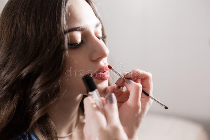 κραγιόν Καλλιτέχνης Makeup που δημιουργεί το όμορφο makeup για το πρότυπο blondes Ομορφιά και κεντρική έννοια SPA στοκ εικόνες με δικαίωμα ελεύθερης χρήσης