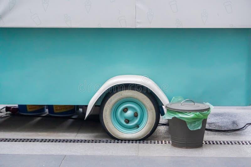 Κρακοβία, Πολωνία 10 03 2020: Μεταλλική τεφροδόχος για ανάμεικτα σκουπίδια και γόβες τσιγάρων στο δρόμο της πόλης χωριστή συλλογή στοκ φωτογραφία