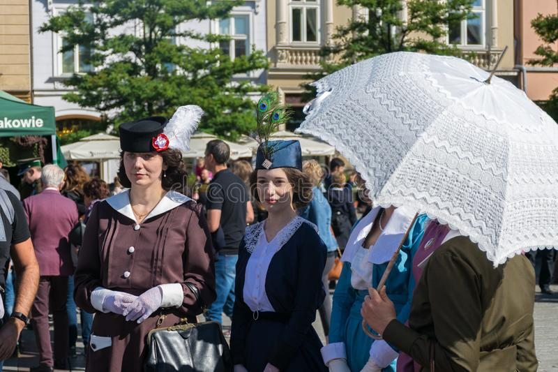 Κρακοβία, Πολωνία - 23 Σεπτεμβρίου 2018: nStylish οι νέες γυναίκες έντυσαν στον περίπατο ιματισμού περιόδου Πρώτου Παγκόσμιου Πολ στοκ εικόνες