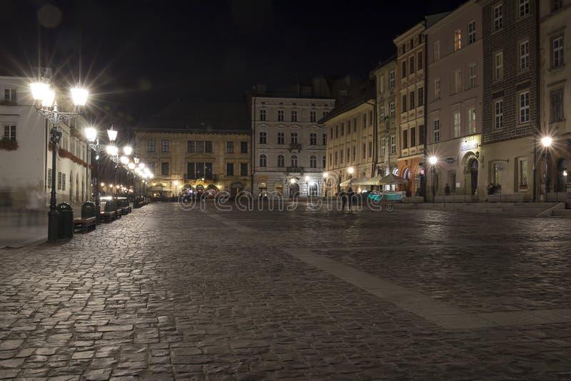 Κρακοβία, το μικρό τετράγωνο αγοράς τή νύχτα στοκ εικόνα με δικαίωμα ελεύθερης χρήσης