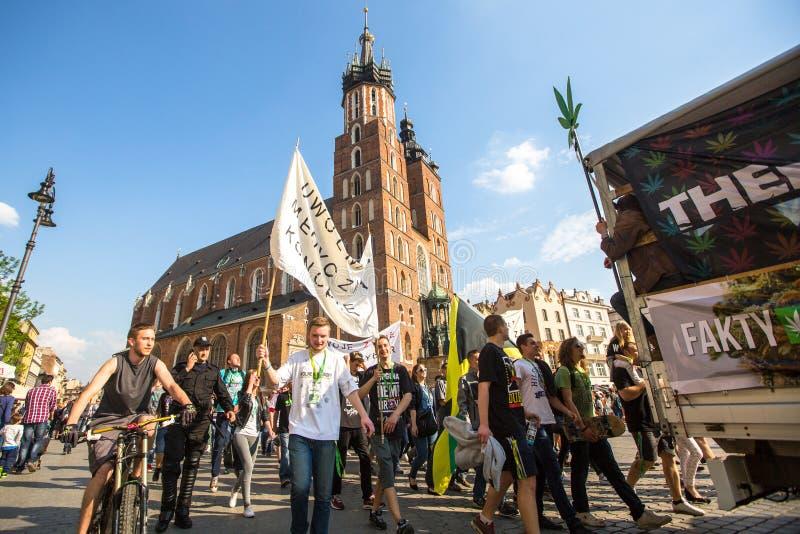 ΚΡΑΚΟΒΙΑ - συμμετέχοντες του του Μαρτίου για την απελευθέρωση καννάβεων στοκ φωτογραφία