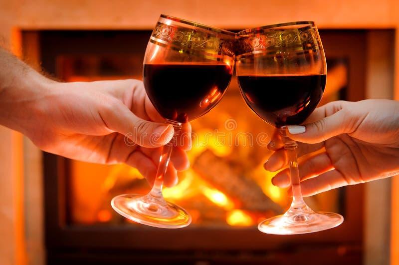 Κρασί από την εστία, ποτήρια του κρασιού στοκ εικόνες με δικαίωμα ελεύθερης χρήσης