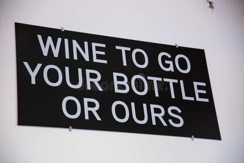 Κρασί για να πάει το μπουκάλι σας ή δικοί μας στοκ φωτογραφία με δικαίωμα ελεύθερης χρήσης