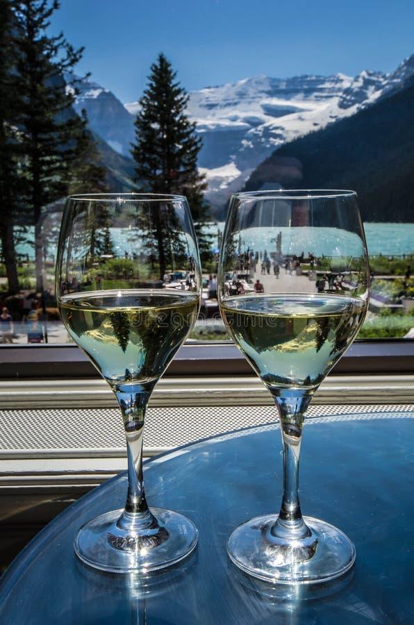 Κρασί για δύο στο σαλόνι Lakeview στο Lake Louise στοκ φωτογραφίες
