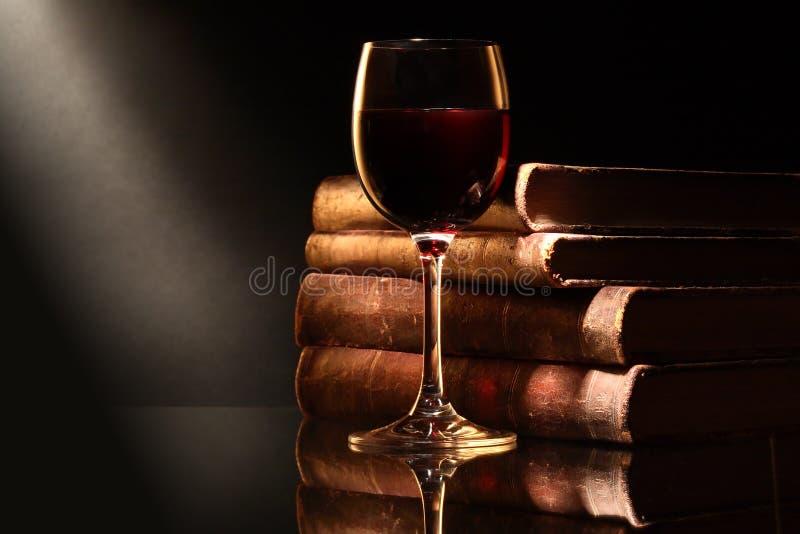 Κρασί και βιβλία στοκ φωτογραφία με δικαίωμα ελεύθερης χρήσης