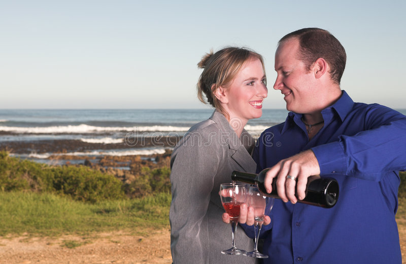 κρασί κατανάλωσης ζευγών στοκ φωτογραφίες