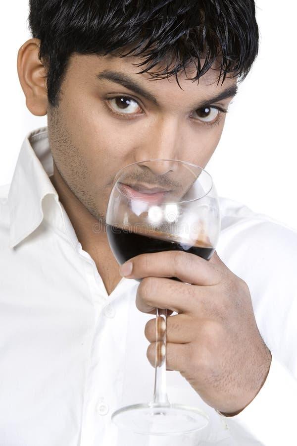 Κρασί κατανάλωσης νεαρών άνδρων στοκ εικόνα με δικαίωμα ελεύθερης χρήσης