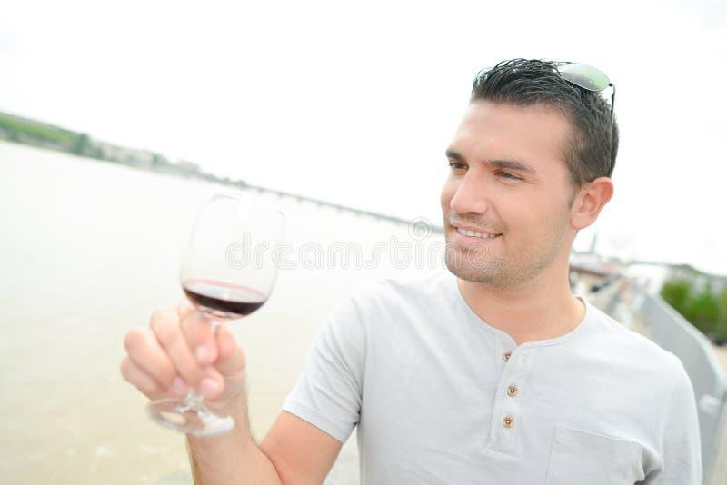 Κρασί κατανάλωσης ατόμων από τον ποταμό στοκ φωτογραφίες με δικαίωμα ελεύθερης χρήσης