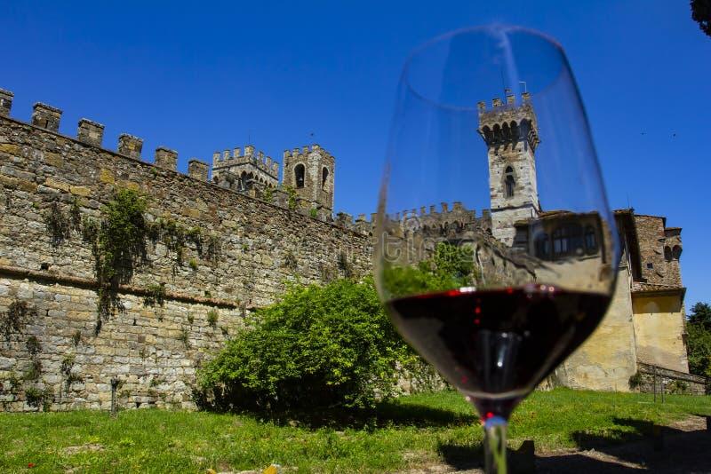 Κρασί με το ειδύλλιο Κρασί και κάστρο Κάστρα της περιοχής κρασιού της Τοσκάνης Chianti, Ιταλία στοκ εικόνες