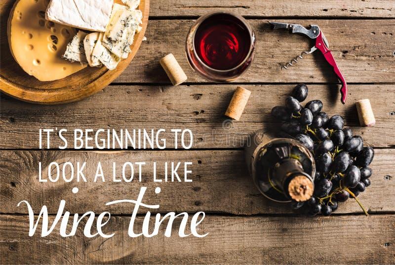 Κρασί με το τυρί και τα σταφύλια στοκ εικόνα με δικαίωμα ελεύθερης χρήσης