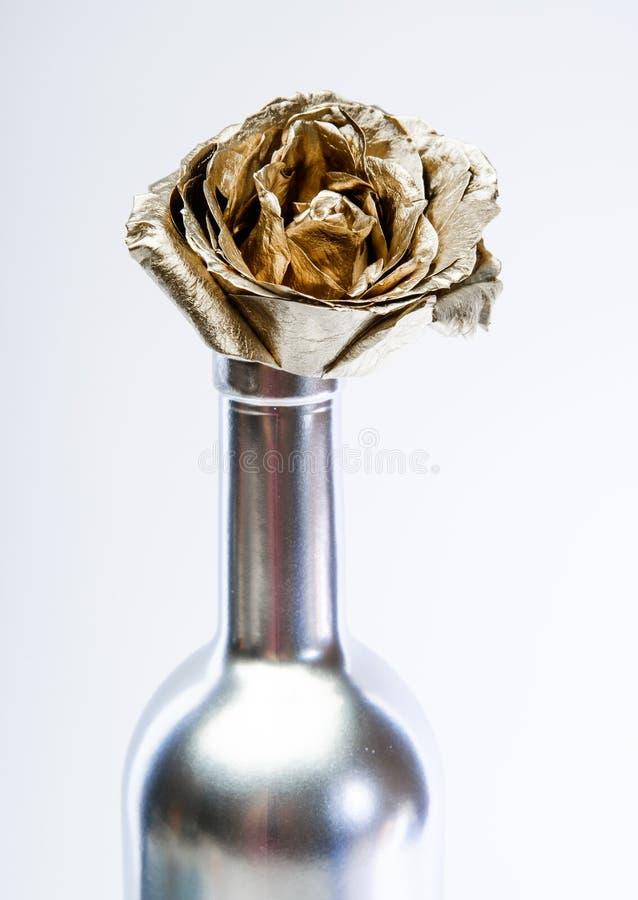 Κρασί πολυτέλειας Μεταλλικό χρώμα χάλυβα Floral κατάστημα o Αιώνια ομορφιά Ανθοδέσμη μόδας Έννοια οινοποιιών floral στοκ φωτογραφίες με δικαίωμα ελεύθερης χρήσης