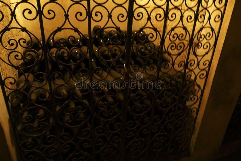 Κρασί που γερνά στα κελάρια του πύργου στοκ φωτογραφία