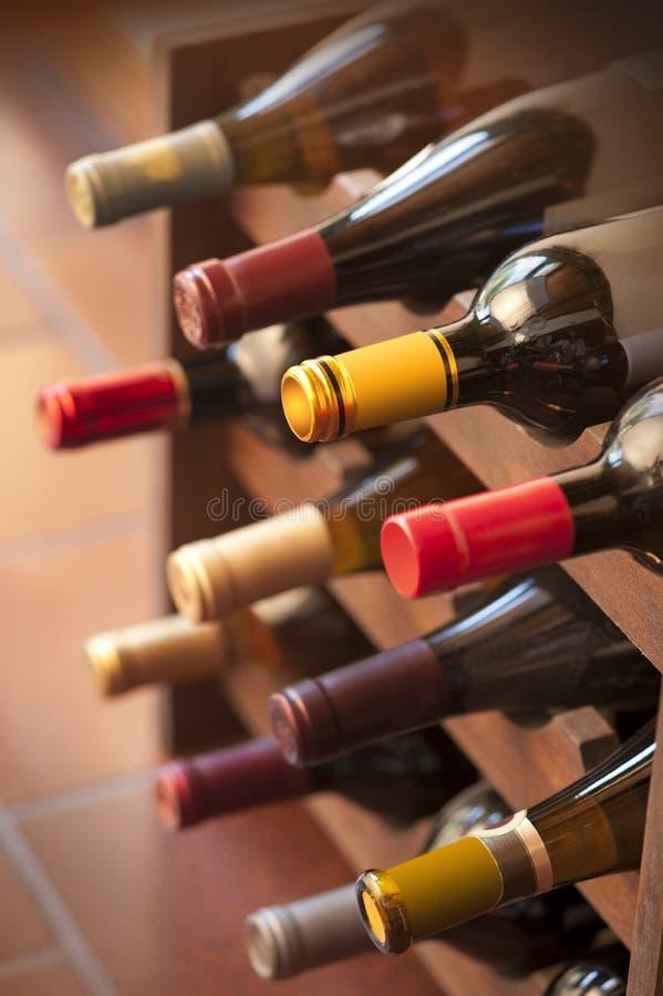 κρασί ραφιών μπουκαλιών στοκ εικόνα με δικαίωμα ελεύθερης χρήσης