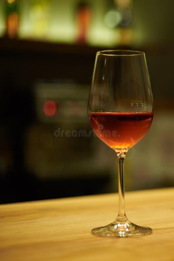 Κρασί σε ένα γυαλί σε ένα εστιατόριο στοκ εικόνες