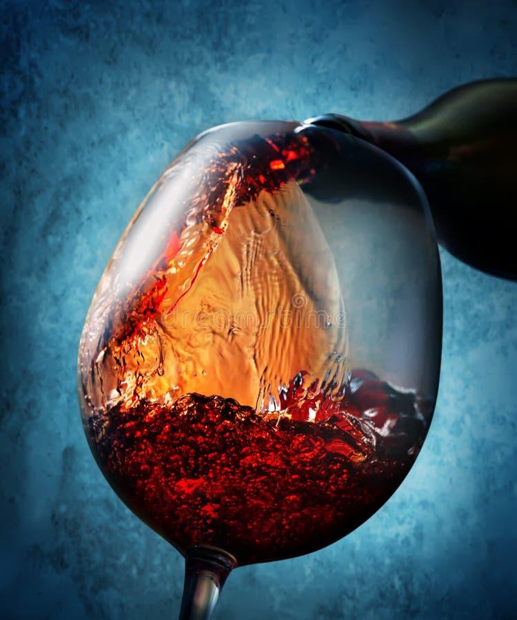 Κρασί σε ένα μπλε υπόβαθρο στοκ φωτογραφία με δικαίωμα ελεύθερης χρήσης