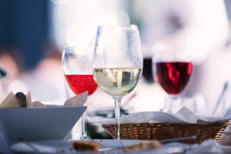 Κρασί των διαφορετικών ποικιλιών στα γυαλιά στον πίνακα στοκ φωτογραφία