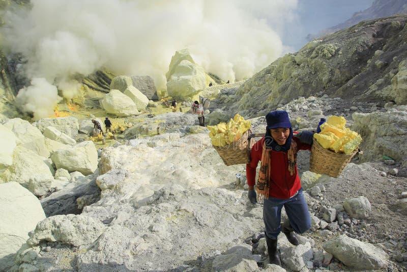 Κρατήρας Ijen ανθρακωρύχων θείου χαμόγελου στοκ εικόνες
