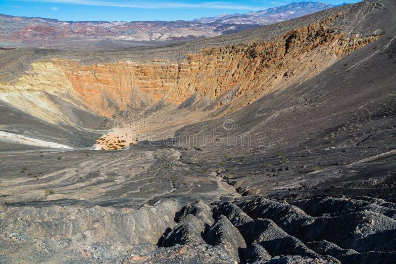 Κρατήρας Ubehebe, σωματική ένδειξη των βίαιων δυνάμεων στην κοιλάδα θανάτου στοκ φωτογραφίες