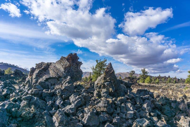 Κρατήρες εθνικό Vista μνημείων φεγγαριών με τους αιχμηρούς βράχους στοκ εικόνα με δικαίωμα ελεύθερης χρήσης