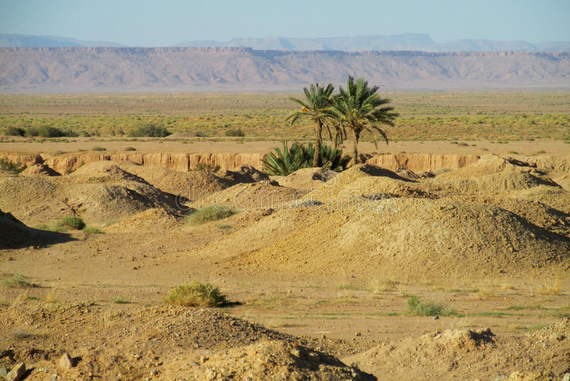 Κρατήρες στην έρημο στοκ εικόνες με δικαίωμα ελεύθερης χρήσης