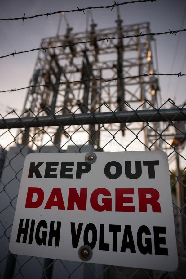 Κρατήστε έξω το σημάδι υψηλής τάσης κινδύνου στοκ φωτογραφίες με δικαίωμα ελεύθερης χρήσης