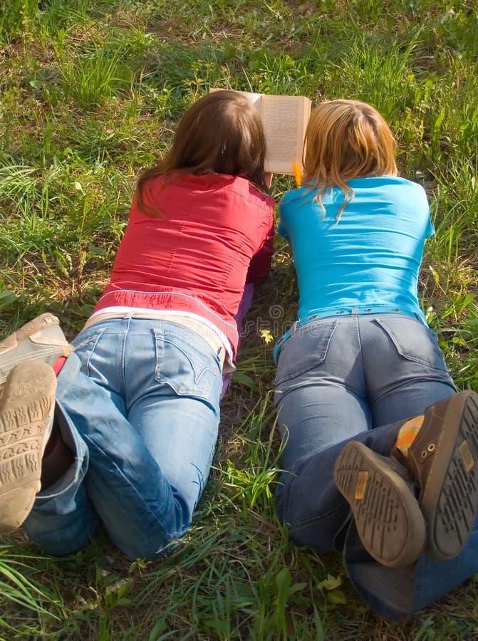 κρατήστε κάτω από να βρεθεί φίλων που διαβάζεται στοκ φωτογραφία με δικαίωμα ελεύθερης χρήσης