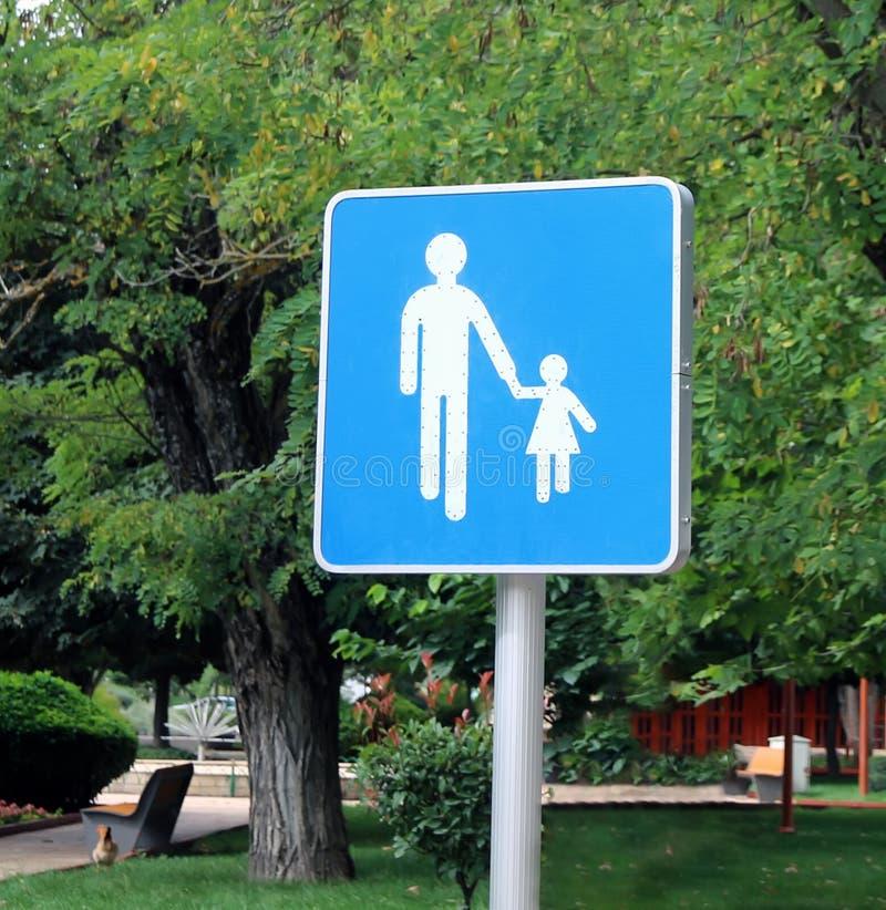 Κρατήστε μια στενή παρακολούθηση στο σημάδι παιδιών σας στοκ εικόνες