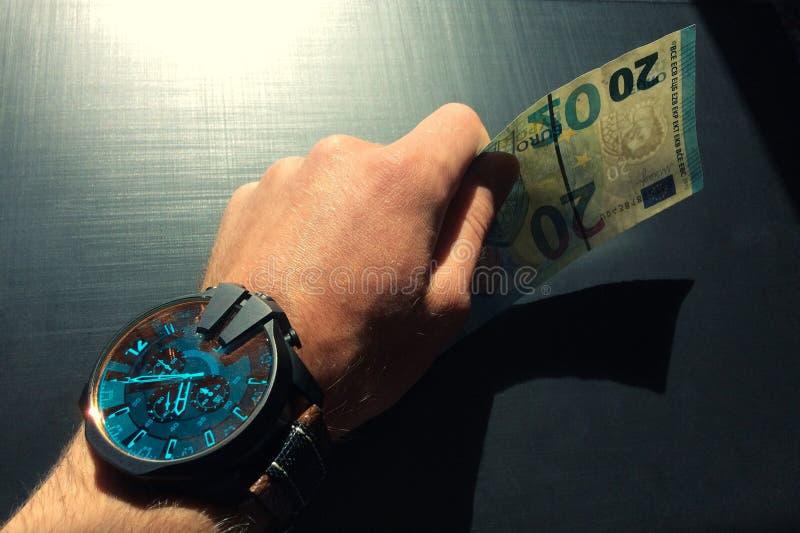 κρατήστε τα χρήματα στοκ εικόνα με δικαίωμα ελεύθερης χρήσης