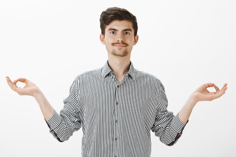 Κρατήστε το μυαλό και το σώμα στην τακτοποίηση με τη γιόγκα Ο ήρεμος όμορφος θετικός τύπος με τη γενειάδα και moustache, διάδοση  στοκ φωτογραφίες με δικαίωμα ελεύθερης χρήσης