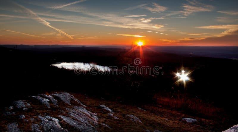 Κρατικό πάρκο υψηλού σημείου στα τέλη του φθινοπώρου με το ηλιοβασίλεμα και τα επίκεντρα starburst στοκ φωτογραφία