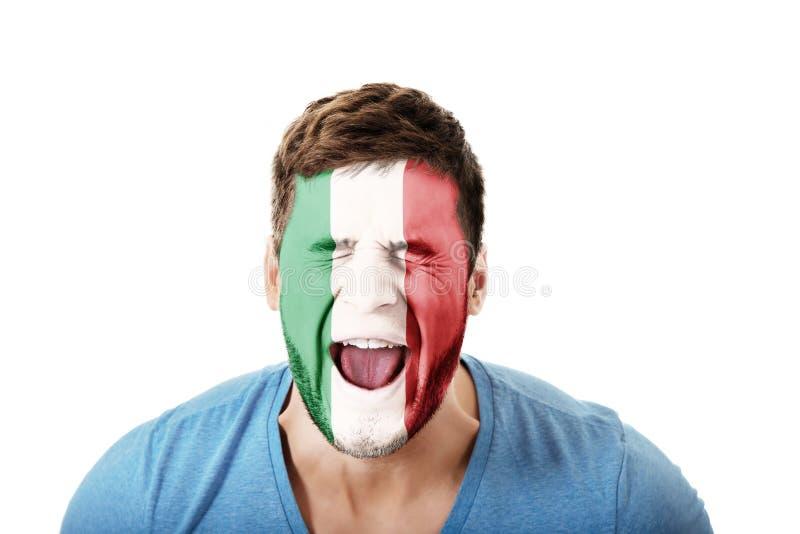 Κραυγάζοντας άτομο με τη σημαία της Ιταλίας στο πρόσωπο στοκ φωτογραφίες