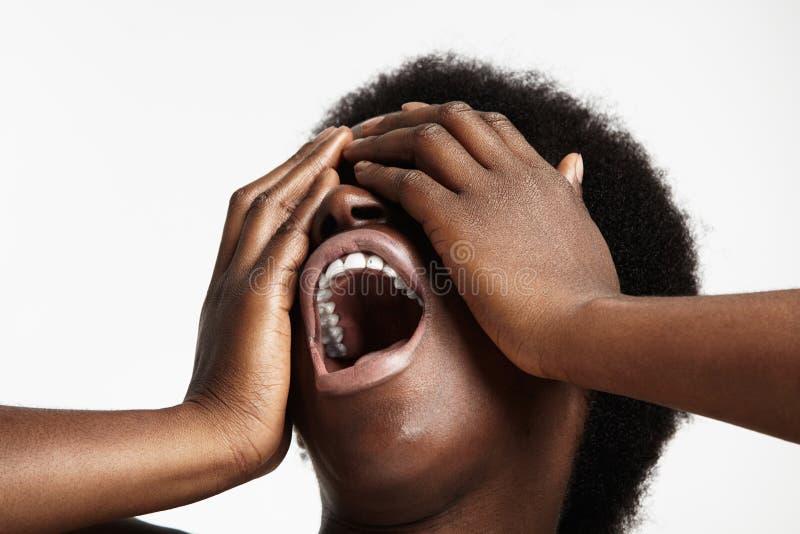Κραυγάζοντας μαύρη γυναίκα στοκ εικόνα
