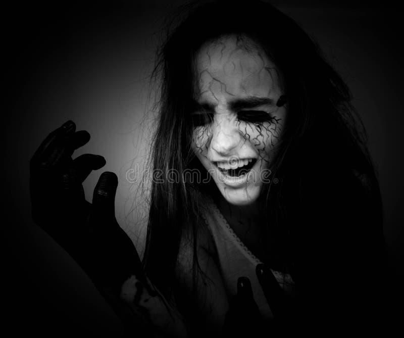 Κραυγάζοντας στο σκοτάδι, ένα τρελλό κορίτσι με τις μαύρες φλέβες στο πρόσωπό της έννοια αποκριών και ημέρα των νεκρών στοκ εικόνες