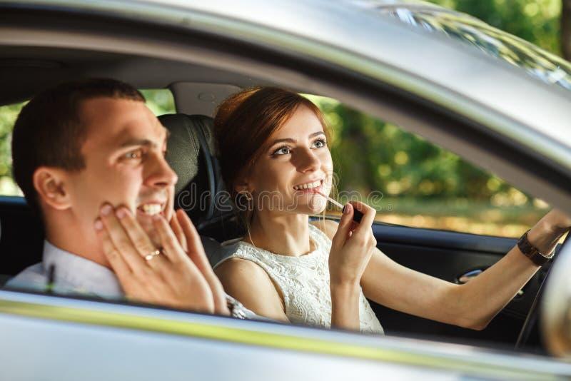 Κραυγές συζύγων μέχρι τη σύζυγό του που εφαρμόζει το κραγιόν στοκ φωτογραφίες
