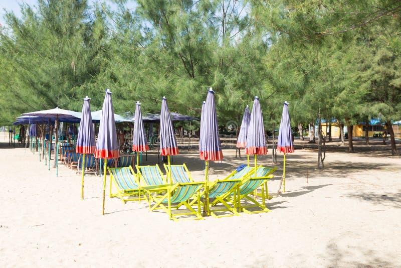 Κρεβάτια και ομπρέλες στην παραλία στοκ φωτογραφίες
