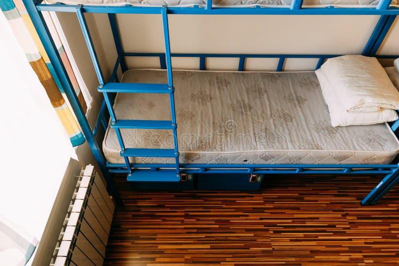 Κρεβάτια κουκετών στον ξενώνα στοκ εικόνα με δικαίωμα ελεύθερης χρήσης