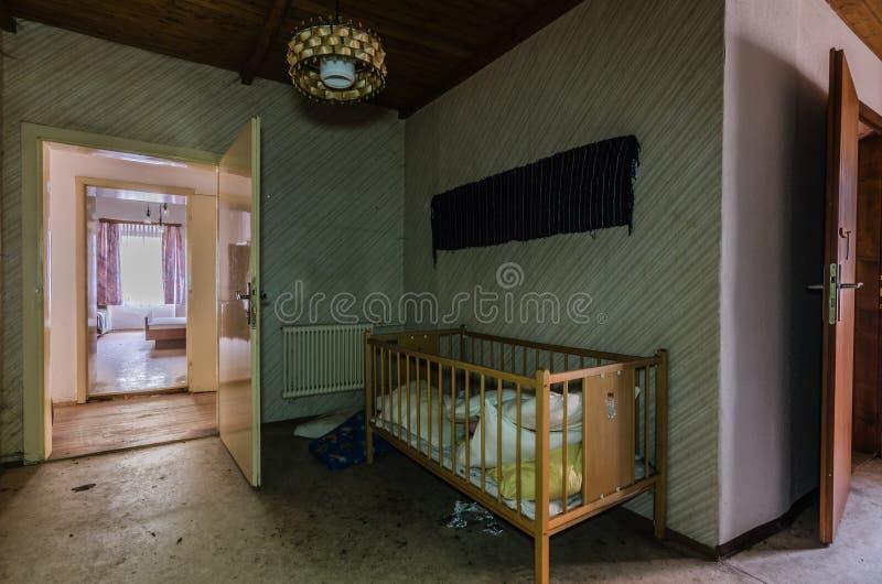 κρεβάτι δικτυωτού πλέγματος σε ένα δωμάτιο ξενοδοχείου στοκ εικόνα με δικαίωμα ελεύθερης χρήσης