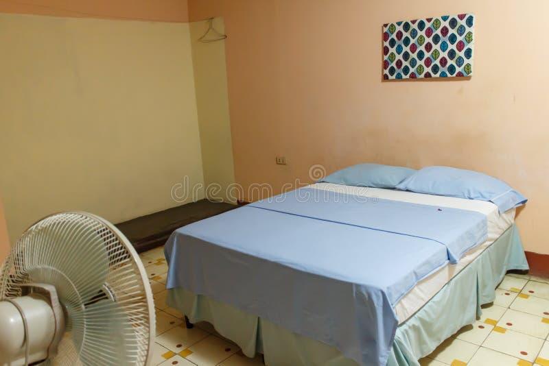 Κρεβάτι και ανεμιστήρας από ένα δωμάτιο ξενώνων στοκ εικόνες με δικαίωμα ελεύθερης χρήσης